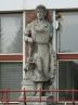 Restaurování soch na průčelí budovy školy v České